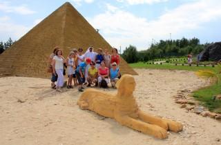 45. Na końcu trasy sfotografowaliśmy się pod piramidą w Gizie ze sfinksem u stóp.
