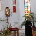 6. Ksiądz proboszcz Marek Szewczyk przy kopii rzeźby Pięknej Madonny.