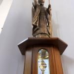 7. Rzeźba z relikwiarzem św. Jana Pawła II.