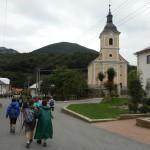 46. Obok wiejskiego kościółka...