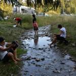 56. W potoku przed powrotem umyliśmy nogi.