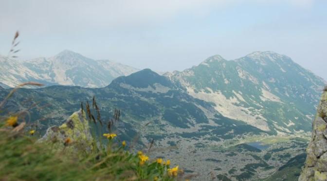Widok z przełęczy Curmătura Bucurei (2206) na grzbiety Stậnişoara i Lolaia.
