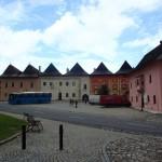 Renesansowe kamienice mają trójspadowe, gontowe dachy.