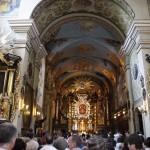 2. Wnętrze bazyliki wypełniają pątnicy.