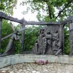 35. Mieszkańcy wsi Radziechowy wznieśli okazałe stacje Drogi Krzyżowej na wzgórze Matyska (612).