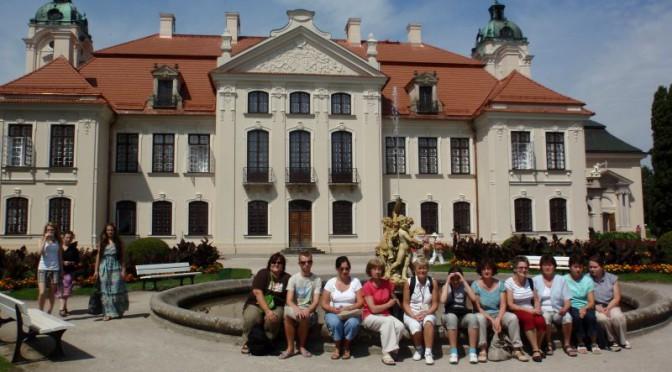 26. Do grupowej fotki przysiedliśmy przy fontannie na tle elewacji ogrodowej zamku…
