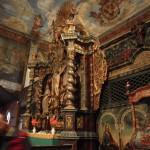2. Jego wnętrze zachwyca bogatym barokowym wystrojem i malowidłami.