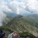 Widok ze szczytu na południe na Muntele Florea i zbiornik Lacul Vidraru.