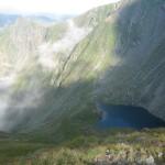 Widok ze stoku Vartopul Rosu na jezioro Avrig.