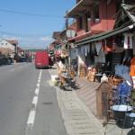 Targowa uliczka nawet w prowincjonalnym miasteczku oferuje sporo pamiątek.