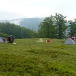15. Obóz rozbiliśmy na dużej śródleśnej polanie w obniżeniu grzbietu