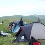 32. Namioty rozbiliśmy na przełęczy pod Gropą. Z tyłu widoczny ostry wierzchołek Róży.