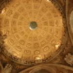 10. Kasetonowe sklepienie zdobi kopułę późnorenesansowej kaplicy grobowej…