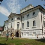 13. Architekt Jakub Kubicki ozdobił bryłę pałacu trójbocznym ryzalitem ogrodowym nad kamienną grotą…