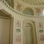 14. …a wnętrze owalnego salonu medalionami z wizerunkami muz.