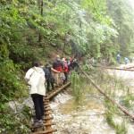 18. Drewniane kładki nad wodami Białego Potoku miały dodatkowe utrudnienia…
