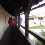 4. Do kolejnych sal szliśmy galeriami strzelniczymi z widokiem na dziedziniec.
