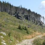 16. Brak drzew pozwolił dostrzec wychodnie skalne schodzące zboczem.