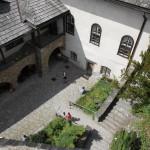25. Z murów średniego zamku oglądaliśmy m.in. dziedziniec zamku dolnego.