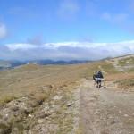 48. Na płaskowyżu znów ujrzeliśmy góry w pełnym słońcu, ale mgły przyczajone…