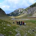 61. Górną część doliny otaczały zewsząd wysokie turnie.