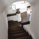 78. Przejście turystyczne poprowadzone wąskimi zakamarkami przez klatki schodowe…