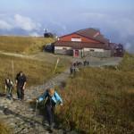 28. Z górnej stacji kolejki podążamy ku przełęczy głównego grzbietu.