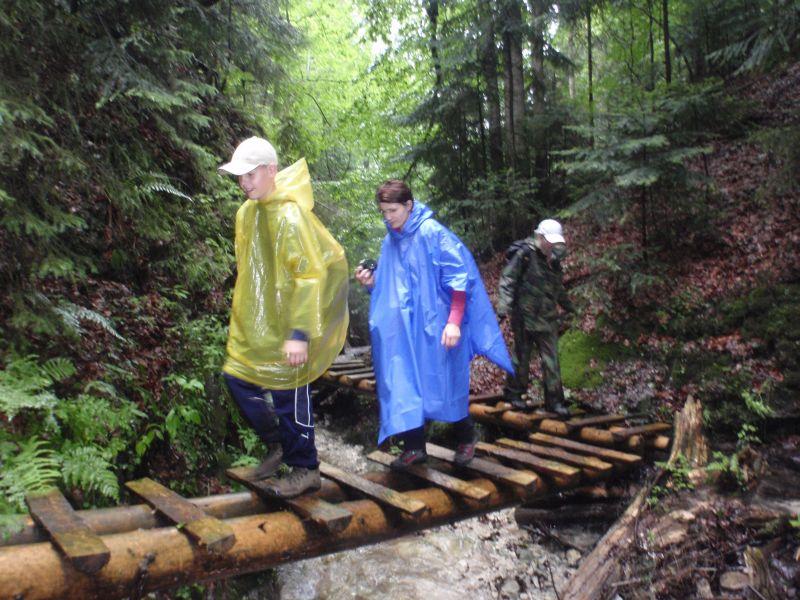 17. Drewniane kładki umieszczone były wysoko nad potokiem.