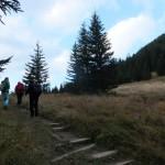 33. Trawiastym stokiem podchodziliśmy na Bobrowiecką Przełęcz…