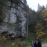 42. W niektórych miejscach skały tworzyły pionowe ściany.