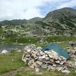 Pole namiotowe nad jeziorem Bucura (2041) pod szczytem Pelengi.