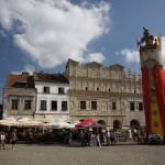 Figura króla Kazimierza na tle renesansowych kamienic Przybyłów.