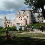 Ruiny magnackiej rezydencji Firlejów zdobią charakterystyczne czerwone pasy.