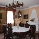 …prezentuje stylowe wnętrza szlacheckiej siedziby.