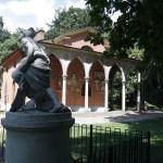 Puławski park księżna Izabela Czartoryska ozdobiła antycznymi budowlami i rzeźbami.
