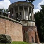 Świątynia Sybilli stoi na skraju skarpy wiślanej.