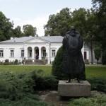 Mistrz z Czarnolasu przed swoim muzeum.