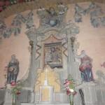 Ołtarz główny w starym kościółku z powiększoną kopią cudownego obrazu.
